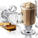 Sklenené poháre a šálky na kávu, čaj